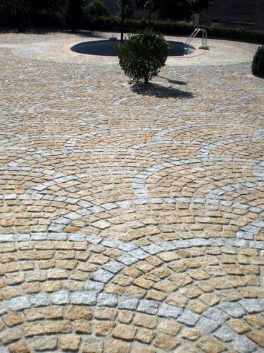 Kopfsteinpflaster Granit gelb verlegt (mit grau kombiniert)